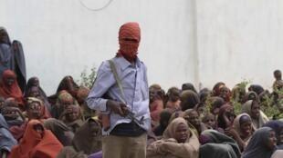 Em um campo no vale de Shebelle, em 6 de julho de 2011, um rebelde da milícia Shebab durante distribuição de alimentos.