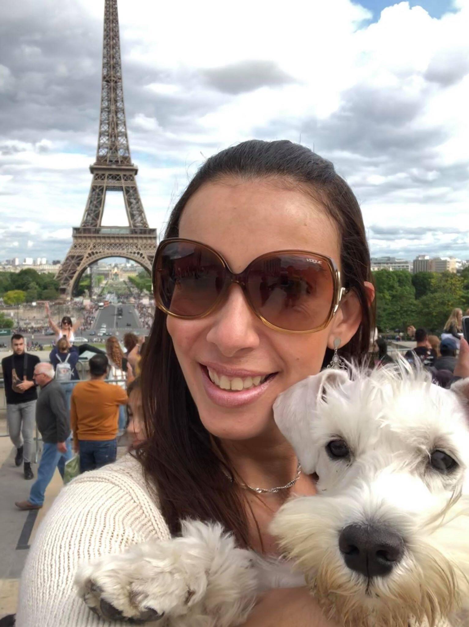Apesar do aperto financeiro gerado pela pandemia e das incertezas sobre a carreira, advogada Renata Zagne preferiu ficar em Paris. Na foto, ela aparece diante da Torre Eiffel antes do confinamento.