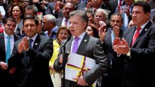 ប្រធានាធិបតីកូឡុំប៊ី លោក Juan Manuel Santos ថ្លែងបញ្ជាក់ពីកិច្ចព្រមព្រៀងប្រវត្តិសាស្ត្រជាមួយក្រុមឧទ្ទាម FARC ថ្ងៃ២៥សីហានៅក្រុងBogota.