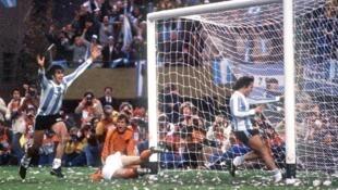 Kempes festejando uno de los goles en la final de la Copa Mundial 1978.