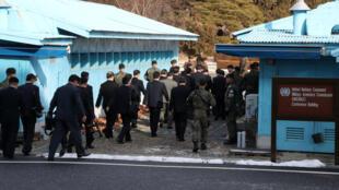 Arrivée de la délégation de la Corée du Nord à Panmunjom, dans la zone démilitarisée pour des négociations avec les Sud-Coréens, ce mardi 9 janvier 2018.