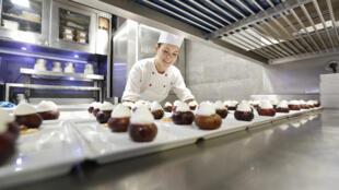 En cuisine, où tout est organisé comme dans un sous-marin, c'est le coup de feu de 20h… avec le sourire.