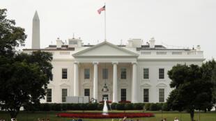 Chưa đầy 48 giờ sau khi thượng nghị sĩ John McCain qua đời, quốc kỳ Mỹ lại được kéo cao trên nóc Nhà Trắng, Washington. Ảnh chụp ngày 27/08/2018
