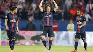 O atacante Cavani comemora o primeiro gol do PSG contra o Reims. (23/05/15)