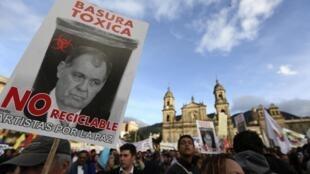 « Déchet toxique non recyclable » affiche la pancarte avec le portrait d'Alejandro Ordoñez le procureur général, brandie lors de la manifestation de soutien au maire destitué de Bogota, Gustavo Petro, le 13 décembre.