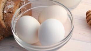 A vitamina D está presente no leite e nos ovos, mas a exposição ao sol é fundamental.