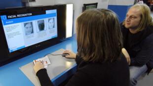 Une jeune fille expérimente la reconnaissance faciale par biométrie, déjà en 2005.