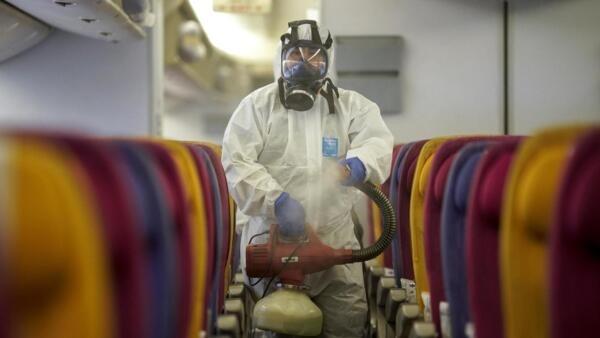 Un avión de Thai Airways sometido a la desinfección el pasado 28 de enero