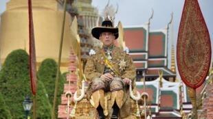 Раму X несут в храм Изумрудного Будды, где король объявил себя покровителем буддизма. Бангкок. 04.05.2019