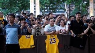 10月9日上海Ritz-Carlton酒店前等待的NBA球迷