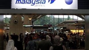 Passageiros no terminal da Malaysia Airlinesnoa aeroporto de Kuala Lumpur.