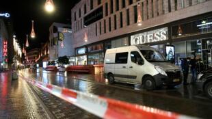 В центре Гааги неизвестный ранил ножом трех несовершеннолетних