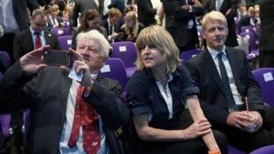 Stanely Johnson (esquerda), Rachel Johnson (centro) e Jo Johnson (direita), pai, irmã e irmão de Boris Johnson, durante um evento do Partido Conservador em Londres, em 23 de julho de 2019.