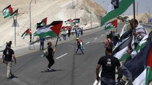 Des Palestiniens manifestent en soutien aux habitants du village bédouin de Khan el-Ahmar, menacé de démolition par les autorités israéliennes, le 1er août 2018.