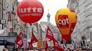 Manifestações pelo Dia do Trabalho reuniram milhares de pessoas em Paris, neste 1° de maio de 2013.