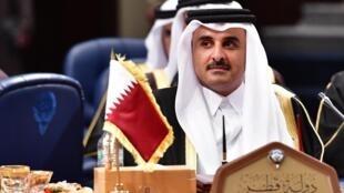 លោកអេមៀរ ប្រមុខដឹកនាំកាតាTamim bin Hamad al-Thani ក្នុងកិច្ចប្រជុំកំពូលអង្គការសហប្រតិបត្តិការឈូងសមុទ្រ។ ក្រុងកូវ៉េតស៊ីធី ថ្ងៃទី៥ ធ្នូ ២០១៧។