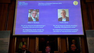 """جایزه نوبل اقتصاد ۲۰۱۸ به دو پژوهشگر آمریکایی، ویلیام نوردهاوس و پل رامر، بدلیل انجام مطالعات در زمینه """"یکپارچه کردن رشد پایدار و کلان اقتصادی با رفاه اجتماعی ساکنان زمین"""" تعلق گرفت."""