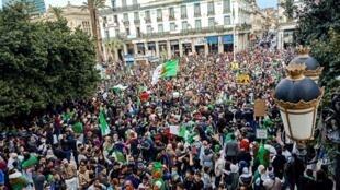 Des milliers de personnes manifestent à Annaba, le 22 mars 2019. Depuis, certains habitants tentent de faire vivre les contacts et connections noués lors de ces marches.