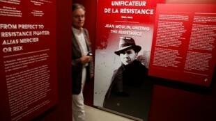 Un visitante en las instalaciones del Museo de la Liberación de París.