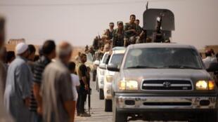 Đoàn xe quân đội Syria đổ về thị trấn Ain Issa, Syria, ngày 14/10/2019.