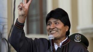 Evo Morales discursa na Praça das Armas, em La Paz