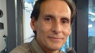 El dibujante argentino Ciruelo Cabral en los estudios de RFI