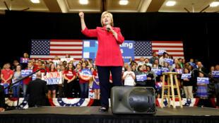 A pré-candidata do Partido Democrata norte-americano, Hillary Clinton, durante campanha no estado de Kentucky, na terça-feira (17).