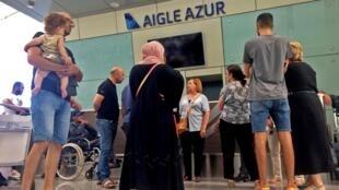 Passageiros aguardam em frente a balcão da Aigle Azur em Alger nesta sexta-feira (06/09/2019)