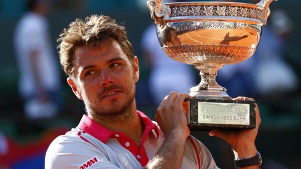 Grosse sensation à Roland-Garros où le numéro un mondial, Novak Djokovic, a été défait en 4 sets par Stan Wawrinka qui remporte ainsi la Coupe des Mousquetaires.