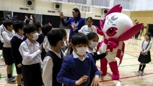សិស្សសាលា Ariake-nishi Gakuen School ពាក់ម៉ាសការពារ ក្នុងពេលលេងកីឡា ត្រៀមអបអរកម្មវិធីប្រកួតកីឡាអូឡាំពិកទីក្រុងតូក្យូ ២០២០។ ថ្ងៃទី ២៥កុម្ភៈ ២០២០