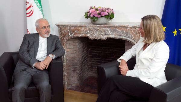 O chanceler iraniano, Mohammad Javad Zarif, foi recebido pela chefe da diplomacia europeia, Federica Mogherini, em Bruxelas.