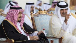 Le roi d'Arabie saoudite, Salman, et l'émir du Qatar, Tamim ben Hamad al-Thani, en décembre 2016 à Doha.
