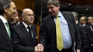 Bernard Cazeneuve e Jan Jambon, ministros de França e Bélgica, em Bruxelas hoje.