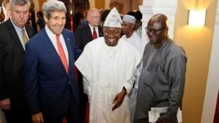 Tổng thống Nigeria Goodluck Jonathan trong lần gặp Ngoại trưởng Mỹ John Kerry tại Lagos 25/01/2015 - Reuters