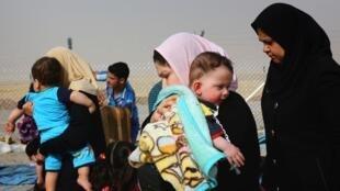 Après avoir fui leur ville de Mossoul, des familles arrivent à Erbil, capitale du Kurdistan irakien, le 12 juin 2014.