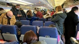 Пассажиры прилетевшего из Китая самолета после приземления на военном аэродроме в городе Истр. 31.01.2020