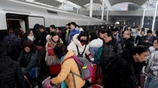 Nhà ga tại Thượng Hải đông kín người trước dịp Tết Nguyên Đán. Nguy cơ virus viêm phổi lây lan ngày càng lớn. Ảnh ngày 18/01/2020.