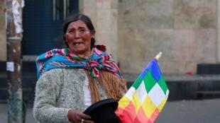 Le 15 novembre 2019, à La Paz, en Bolivie, un partisan de l'ancien président bolivien, Evo Morales, portant le drapeau Wiphala.
