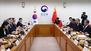 Le 4 décembre 2019, le ministre des Affaires Étrangères chinois était en visite à Séoul pour tenter d'apaiser les tensions entre les deux pays depuis le déploiement d'un bouclier anti-missile américain en 2017 par les sud-coréens.