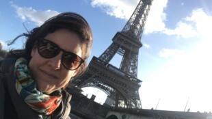 A jornalista Paula de Santis relata a experiência do início de confinamento em Paris com seu marido, filhos e a mãe.