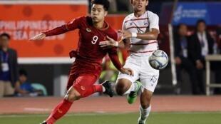 Tiền đạo Hà Đức Chinh (9) người hùng ghi ba bàn thắng trong trận đè bẹp Cam Bốt 4-0 trong trận bán kết trên sân Vận động Rizal Memorial, Manila Philippines, ngày 7/12/2019.