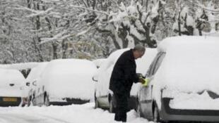 Snowed-in vehicles near Lyon