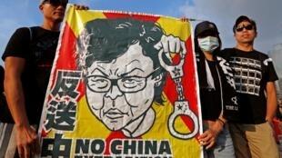 Người biểu tình phản đối dự luật dẫn độ mang hình lãnh đạo đặc khu Lâm Trịnh Nguyệt Nga, Hồng Kông, 16/04/2019.