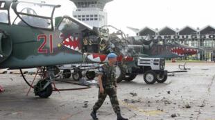 Un soldat français devant l'un des deux Sukhoi-25 ayant servi au bombardement du camp de Bouaké le 6 novembre 2004.