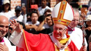 Le pape François à sa sortie de cathédrale de l'Immaculée-Conception de Rangoun, en Birmanie, ce jeudi 30 novembre 2017 avant de s'envoler pour le Bangladesh.