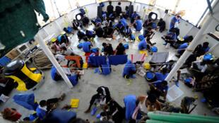 Người nhập cư được vớt lên tàu Aquarius, trên Địa Trung Hải ngày 14/08/2018.