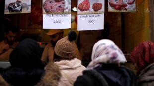 Phụ nữ xếp hàng mua bánh Ngày Lễ Tình Nhân tại thành Damas cổ, Syria, ngày 14/02/2019.