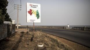 Affiche de campagne dans une rue de Conakry, en Guinée, le 26 février 2020.
