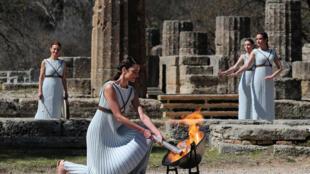 Актриса Ксанти Игнатиу, исполнявшая роль верховной жрицы, использовала для зажжения зеркало, концентрирующее солнечные лучи.