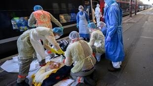 Châu Âu chưa rõ khi nào qua được đỉnh dịch Covid-19. Trong ảnh, một chuyến tàu tốc hành đưa bệnh nhân Covid-19 từ Strasbourg đi Bordeaux, ngày 03/04/2020.